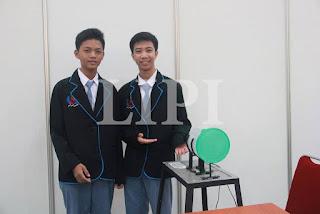 21. Mochamad Rizky maulana dan Hawali dari SMA N 54 Jakarta dengan Judul Karya Alat Pengupas Kulit Bawang Putih Berbasis Dinamo Mesin Jahit