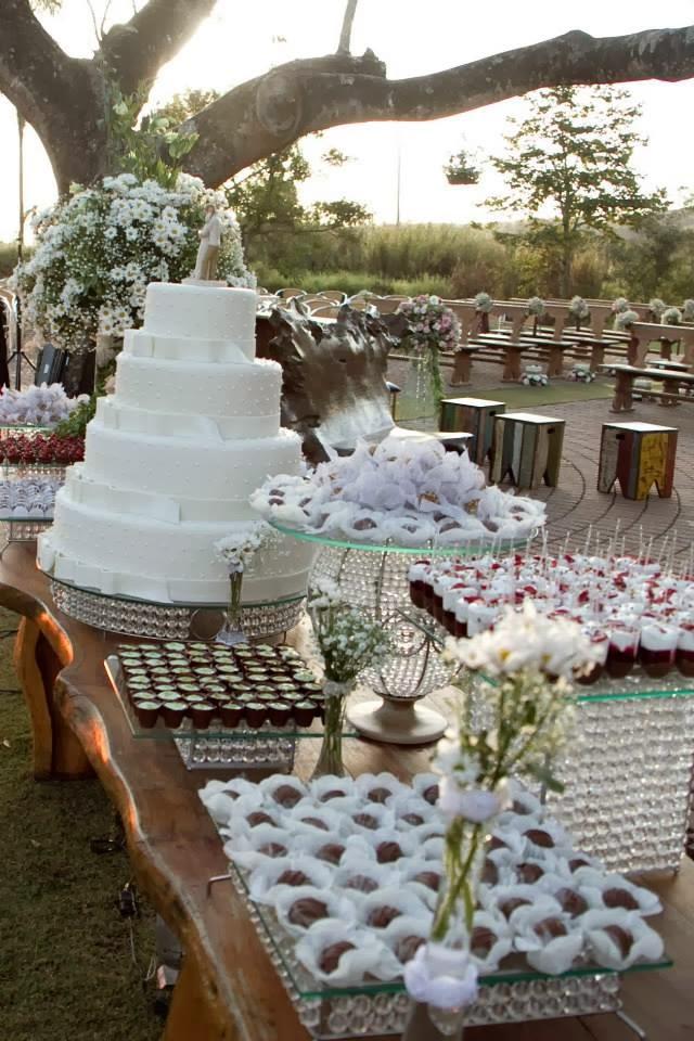 casamento ao ar livre - decoração - casamento de dia - mesa do bolo - bolo - doces