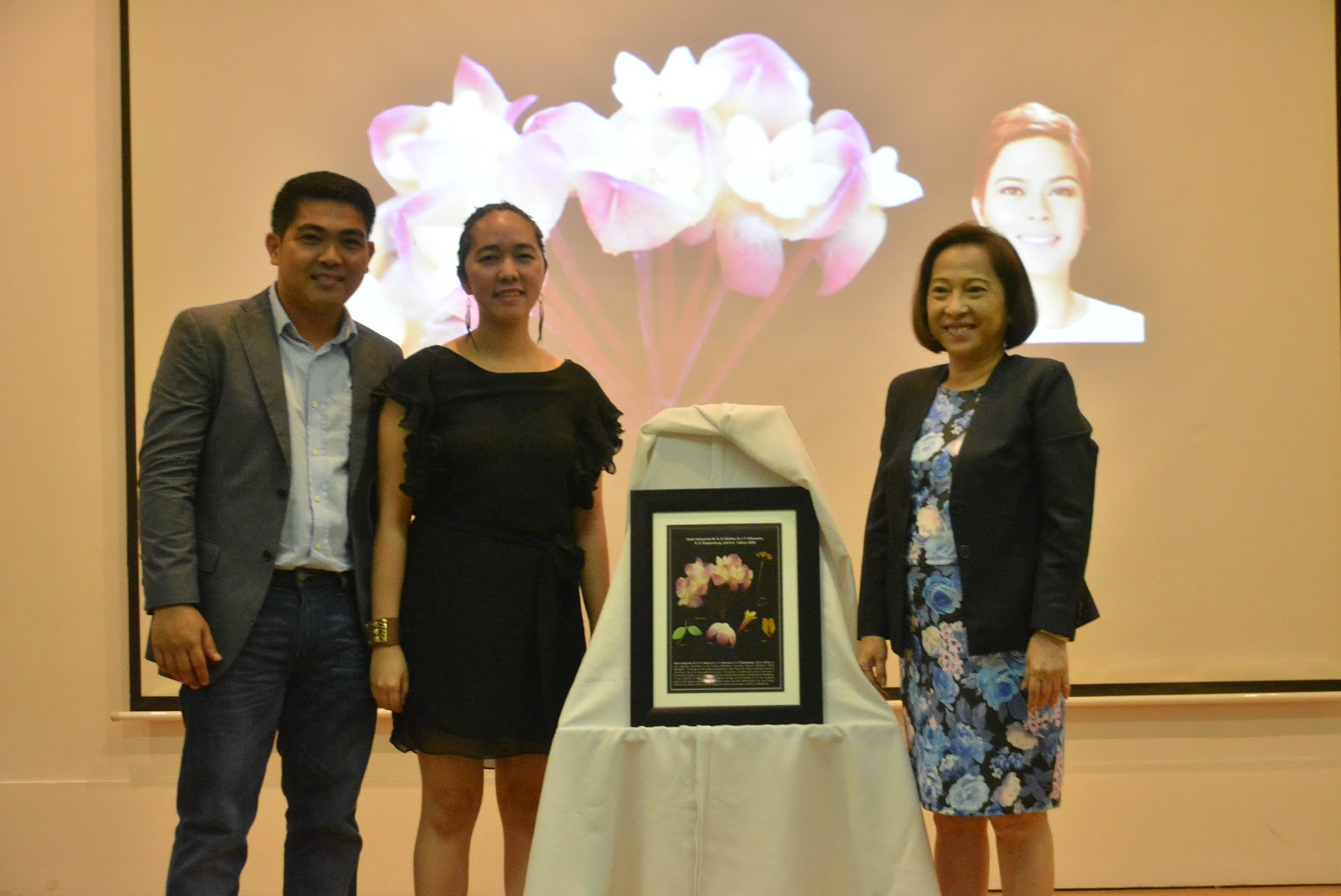 UM Research Team gifts Mayor Sara with a sample of Hoya Indaysarae