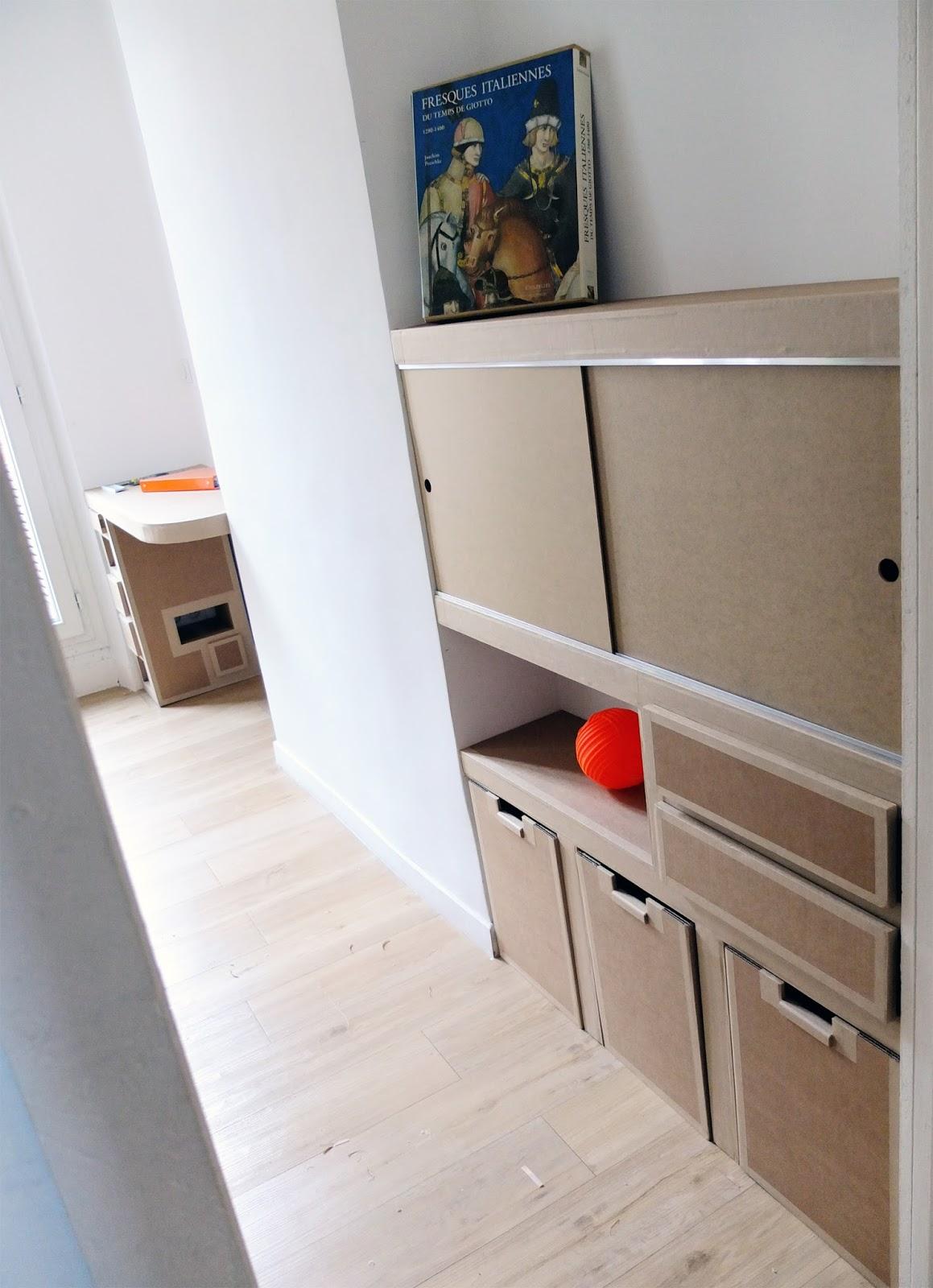 meuble en carton. tiroirs et porte coulissante. bac de rangement en carton design fabriqué à marseille par juliadesign