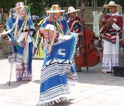 Foto de mexicanos bailando la danza de los viejitos