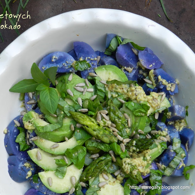 Sałatka z fioletowych ziemniaków, awokado i szparagów