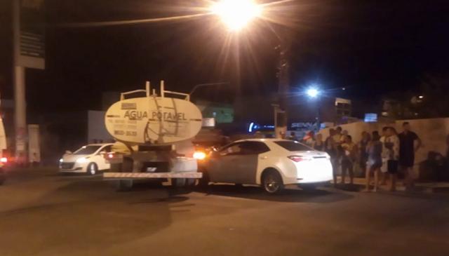 Em Delmiro Gouveia, colisão entre  caminhão-pipa e carro de passeio  é registrado no centro
