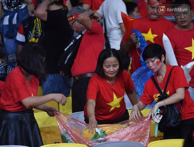 Cổ động viên Việt Nam dọn rác ảnh 9