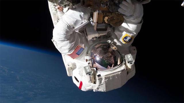 Astronauta durante uma caminhada espacial - NASA