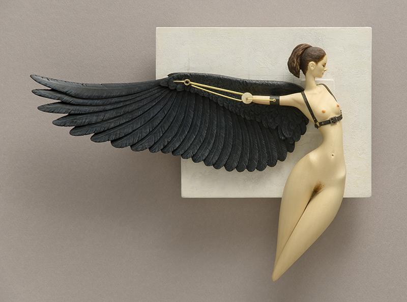 Mujer con alas y prótesis. Escultura erótica de John Morris