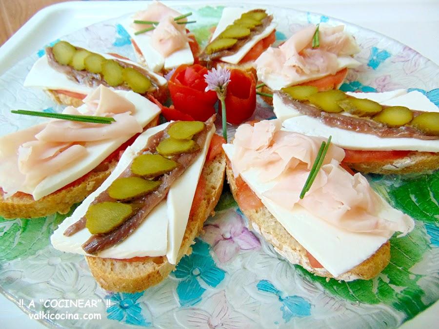 Montaditos o tostas de queso fresco con anchoas y pavo
