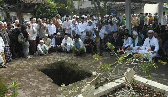 Makam GUS DUR Ambles Saat Hujan Deras, apa yang terjadi dengan kain kafannya ?