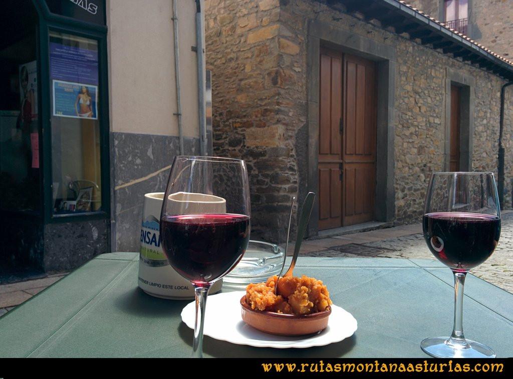 Ruta Cangas - Acebo: Vino de Cangas con patatas en el Bar Chicote