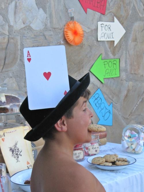 Sombrero y carta de poker gigante