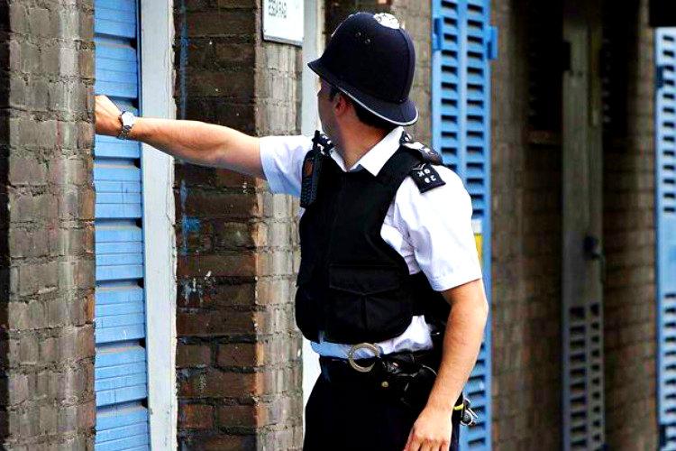 Pencereden fırlatılan vazoyu bulan polis, vazoyu atılan eve geri götürdü.