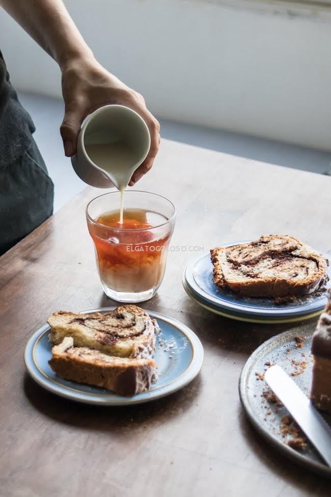 Pan con masa de banana relleno de ganache de chocolate amargo via elgatogoloso.com