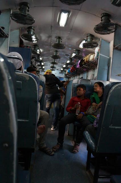 Keadaan dalam kereta yang membawa dari Jaipur ke Agra