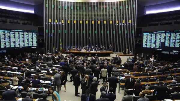 Congreso brasileño aprueba recortes en áreas sociales