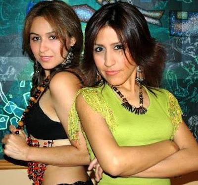 Foto de Ruth Huamaní posando junto a Marisol