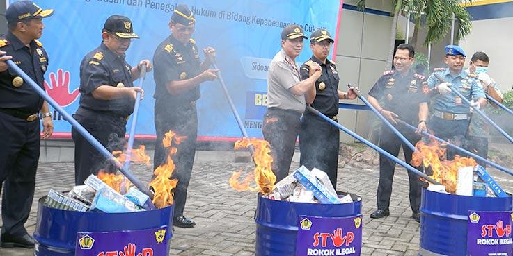 Bea Cukai Jawa Timur memusnahkan 5,6 juta batang rokok ilegal senilai Rp 3,3 miliar dengan nilai kerugian cukai sebesar Rp 1,6 miliar.