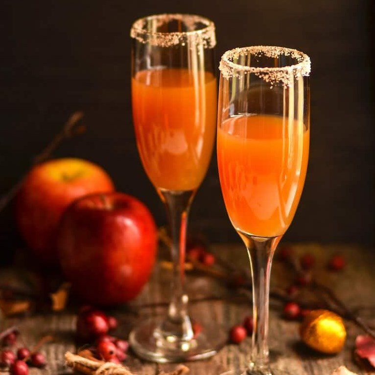 CRISP & DELICIOUS CINNAMON APPLE CIDER MIMOSA #cocktails #autumnparties