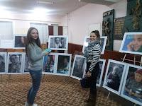 studenţi la expoziţie Bogaţi în ani şi amintiri