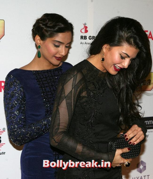 A very helpful Sonam was seen covering Jacqueline's back in a bid to conceal a seemingly bare back left exposed, possibly due to a zip getting unfastened.  , Jacqueline Fernandez Wardrobe Malfunction at Filmfare Awards - Sonam Kapoor to the rescue
