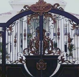 Pemasangan Pintu Pagar Tempa untuk Rumah Mewah degan perpaduan besi tempa klasik dan ornamen alferon