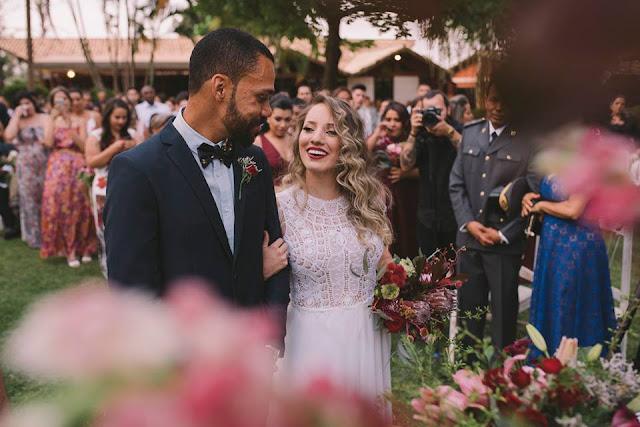 Casamento rústico, casamento real, DIY, marsala, noiva, buquê, marsala, buquê desconstruído, noivos no altar, casamento diurno