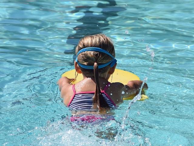Jeune nageur planche