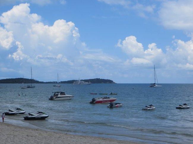 Пляж Чавенг с гидроциклами и яхтами