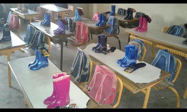 أستاذ بمديرية ميدلت يهدي تلامذته أحذية وجوارب لمواجهة البرد القارس