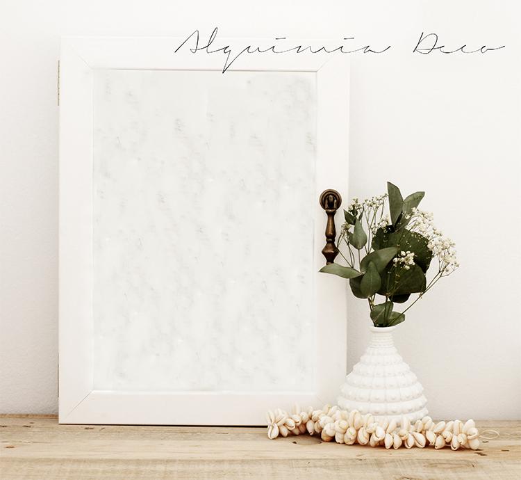 armario-pequeño-espejo-blanco-cosmeticos-conchas-maquillaje-perfume-nordico-estilo-escandinavo