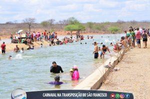 Moradores de Sertânia fazem a festa e tomam banho em canal da Transposição do Rio São Francisco