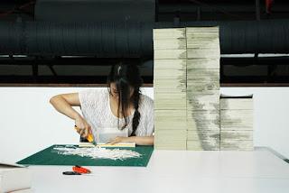 Proceso del retrato de Zuckerberg por Red Hong Yi con hojas de libros