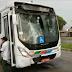Ônibus colide com poste e passageiros precisam desviar de fios para deixar o veículo