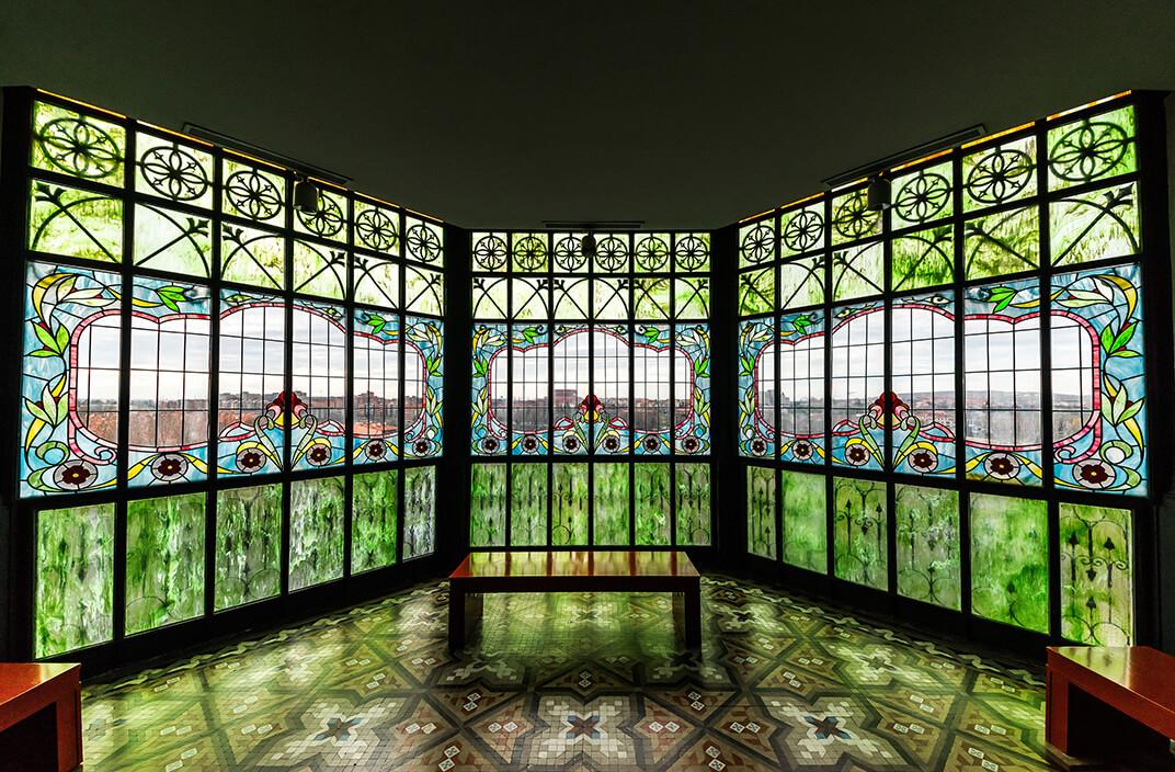 Salón columnas vidrieras