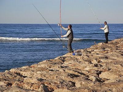 Pesca responsable. Dos pescadores con cañas