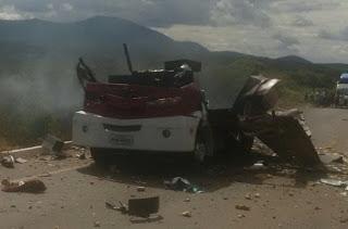 ACOPIARA-CE:  Bando armado com fuzis intercepta carro-forte e explode o cofre