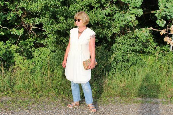 cremeweisses-kurzes-kleid-zu-jeans-getragen