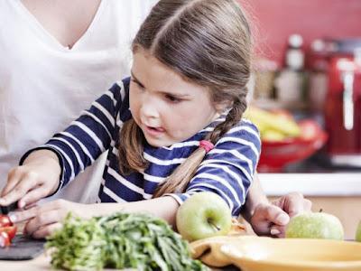 Πώς θα μάθω στο παιδί μου να τρώει τα πάντα (ακόμα κι αν εγώ δεν τα τρώω).