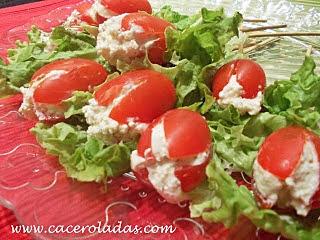 Tomates cherry rellenos con queso mousse finas hierbas