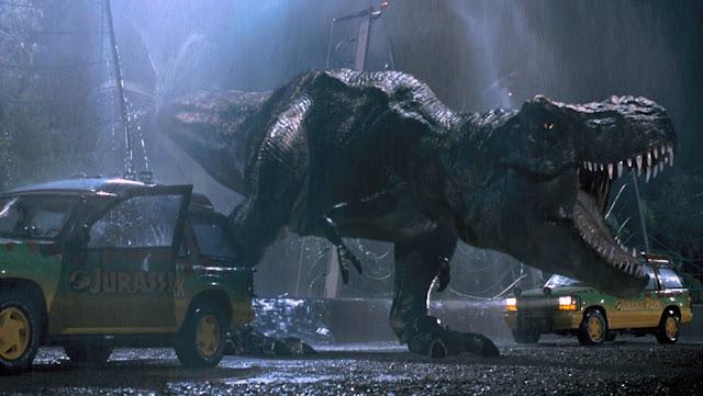 Uno de los instantes más míticos de Parque Jurásico (1993), con el T-Rex atacando a los coches de los protagonistas