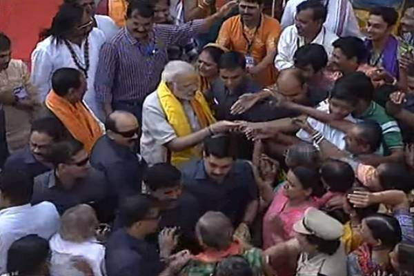 pm-modi-meet-with-gujarat-people-out-side-gujarat-temple