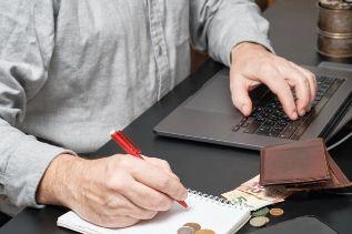 Pengendalian Biaya: Definisi, Peran, Standar dan Keuntungan