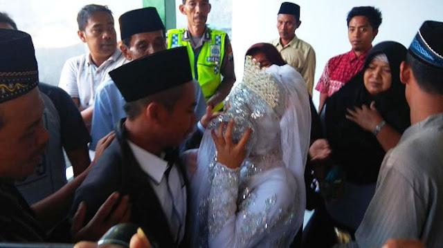 Setelah Mencuri HP Sehari Sebelum Menikah, Pria Ini Terpaksa Menikah Di Kantor Polisi