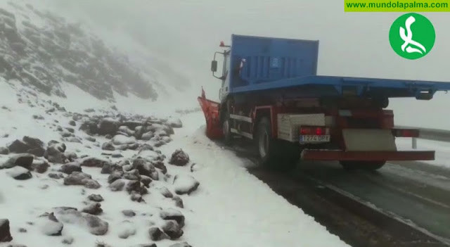 La carretera LP-4 permanece cortada al tráfico por la nieve