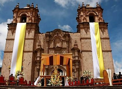 Foto a la Iglesia de Puno con la Virgen de la Candelaria