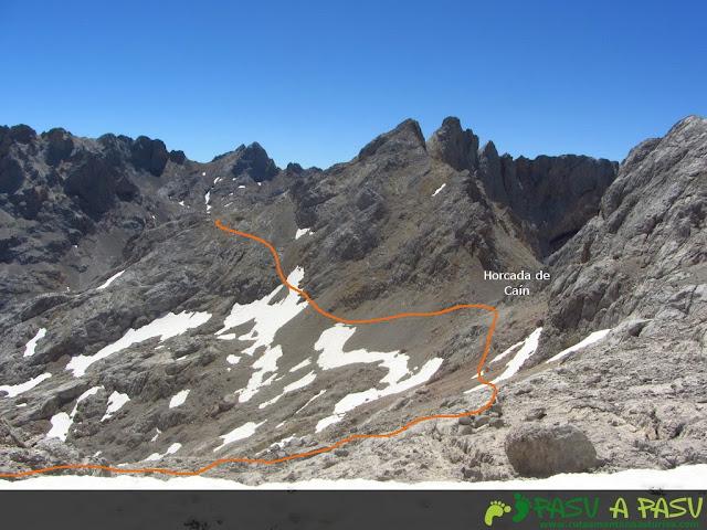 Bajando a la Horcada de Caín y rodeando Pico Arenizas