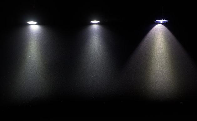 Strumień świetlny w latarkach (od lewej) Olight S1 mini Baton, Olight H1 Nova i Olight M2R Warrior