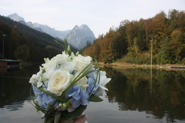 Brautstrauß, Hochzeit in Bayern, edel-bayerisch, Himmelblau und Edelweiss, heiraten in Garmisch-Partenkirchen, Hochzeitslocation Riessersee Hotel, wedding destination abroad, Germany, Bavaria, blue and white