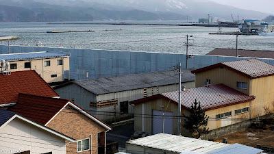 كوكب اليابان يبني جدارا بارتفاع 12 مترا لمنع وصول الفيضان