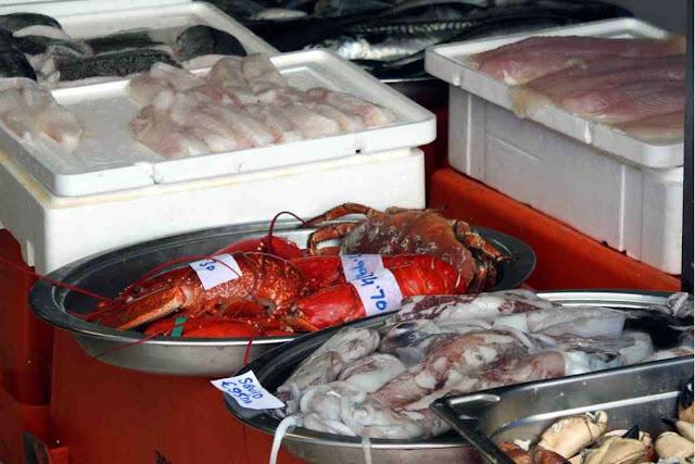 Frischer Fisch, Hummer und Tintenfisch