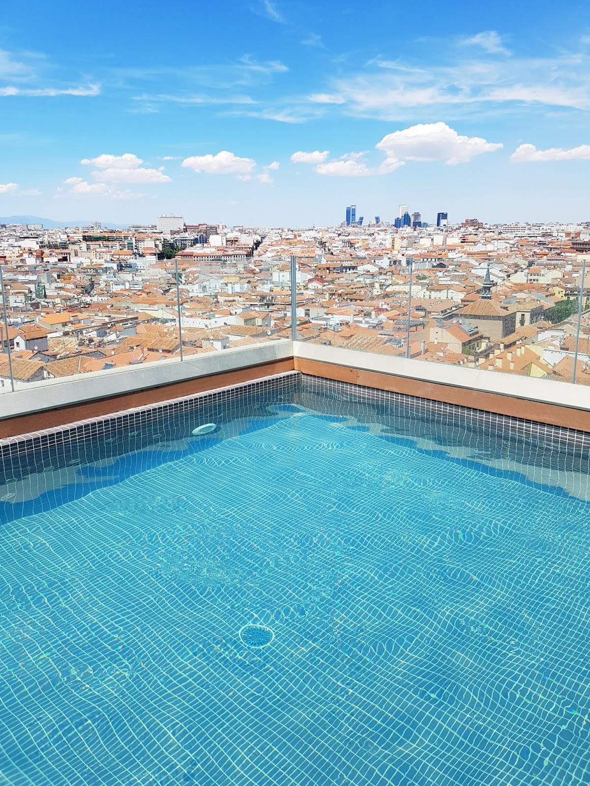 Postcards from italy homeaway e la gran via madrilena for Piscina 24 horas madrid